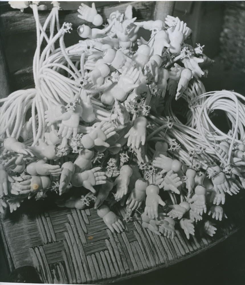 Denise Bellon, Natures mortes, poupées, c. 1930-1940