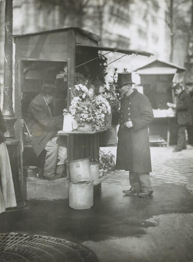 Eugene Atget, Kiosque de fleurs, c. 1900