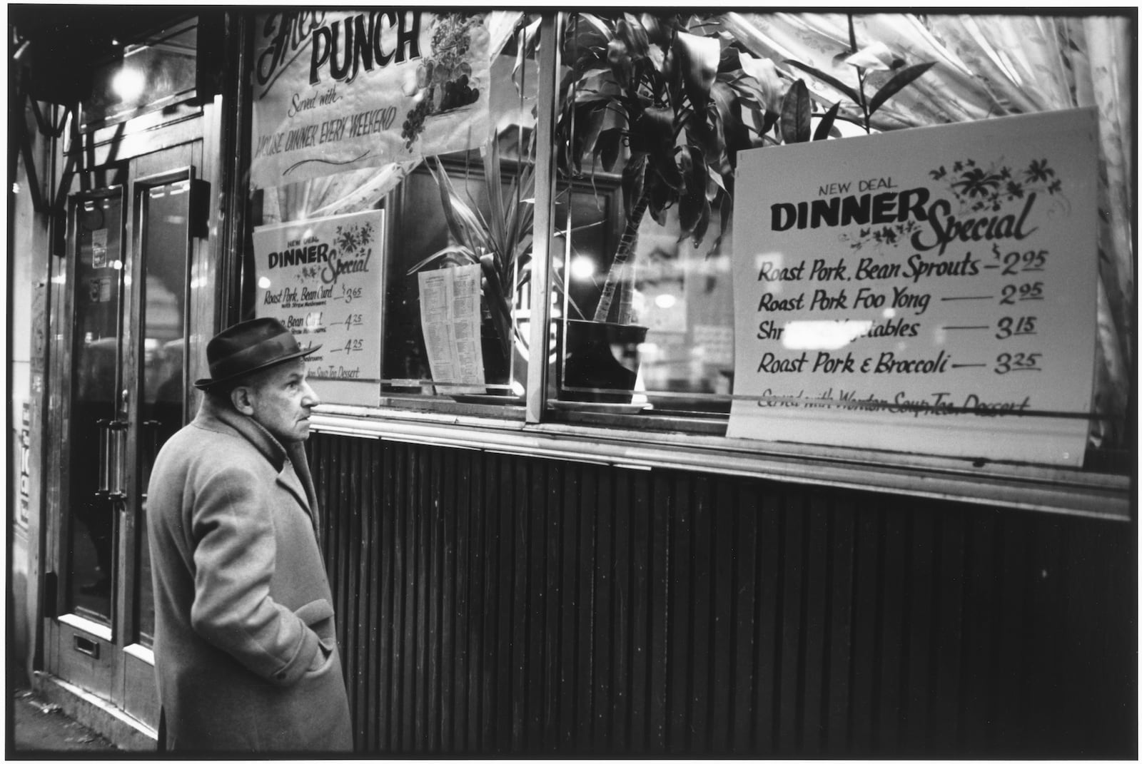 Tom Arndt, Reading the menu, Brighton Beach, New York, 1982
