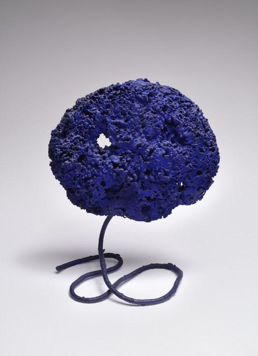 Yves Klein Sculpture éponge bleue sans titre (SE 229) pigment pur et résine synthétique, éponge naturelle, tige en métal 24 x 15 x 11,5 cm
