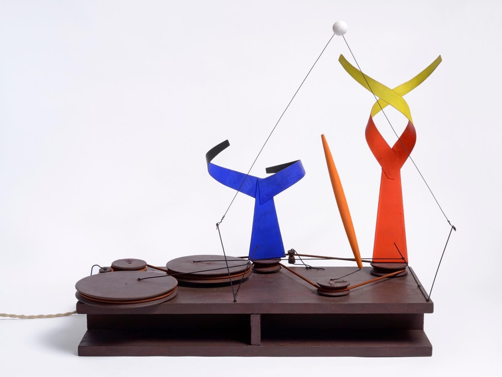 Alexander Calder Dancers and Sphere (archives N° A00280) feuilles de métal, bois peint, fil de fer et moteur (110 volts) H55 x L65 x P29 cm (disponible) H21 x W25 x D11 in.
