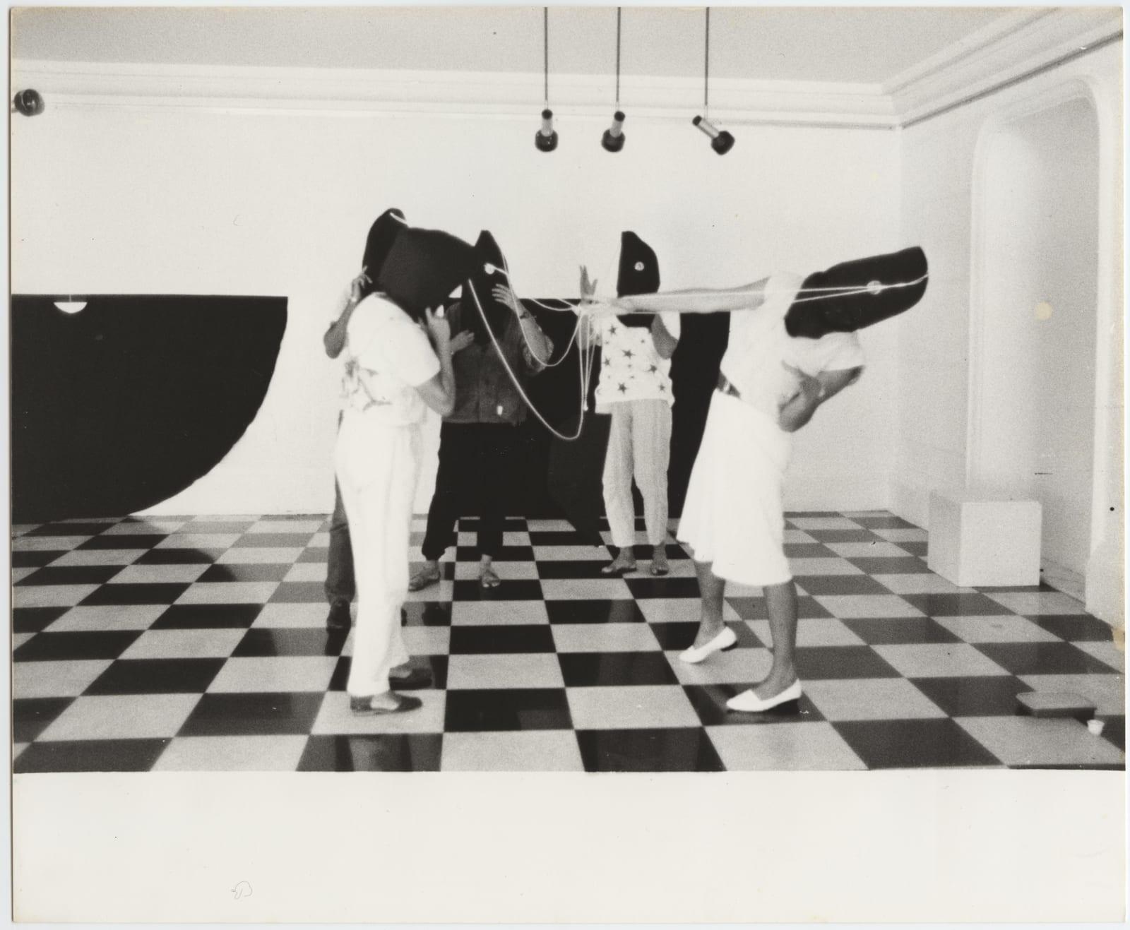 Martha Araújo, Capacete, from the series Hábito/Habitante, 1985