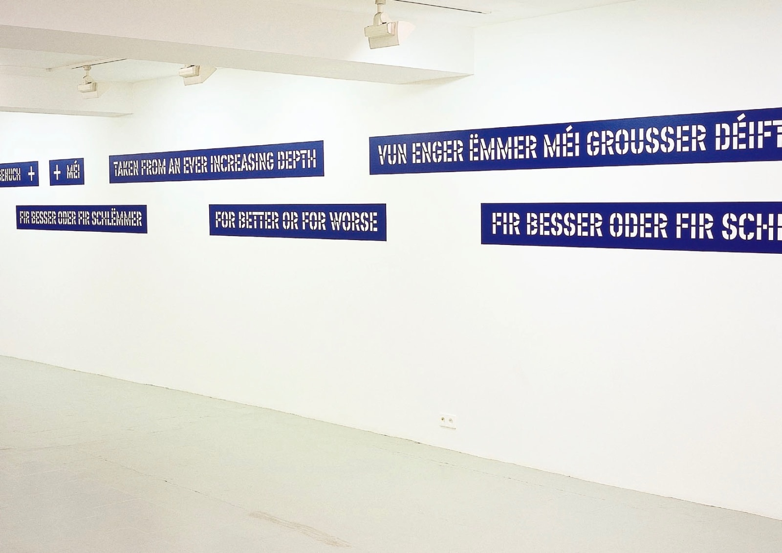 Lawrence Weiner, For Better or For Worse, Exhibition view, 2001, Erna Hecey Gallery, Luxembourg, Photo © Pierre Leguillon