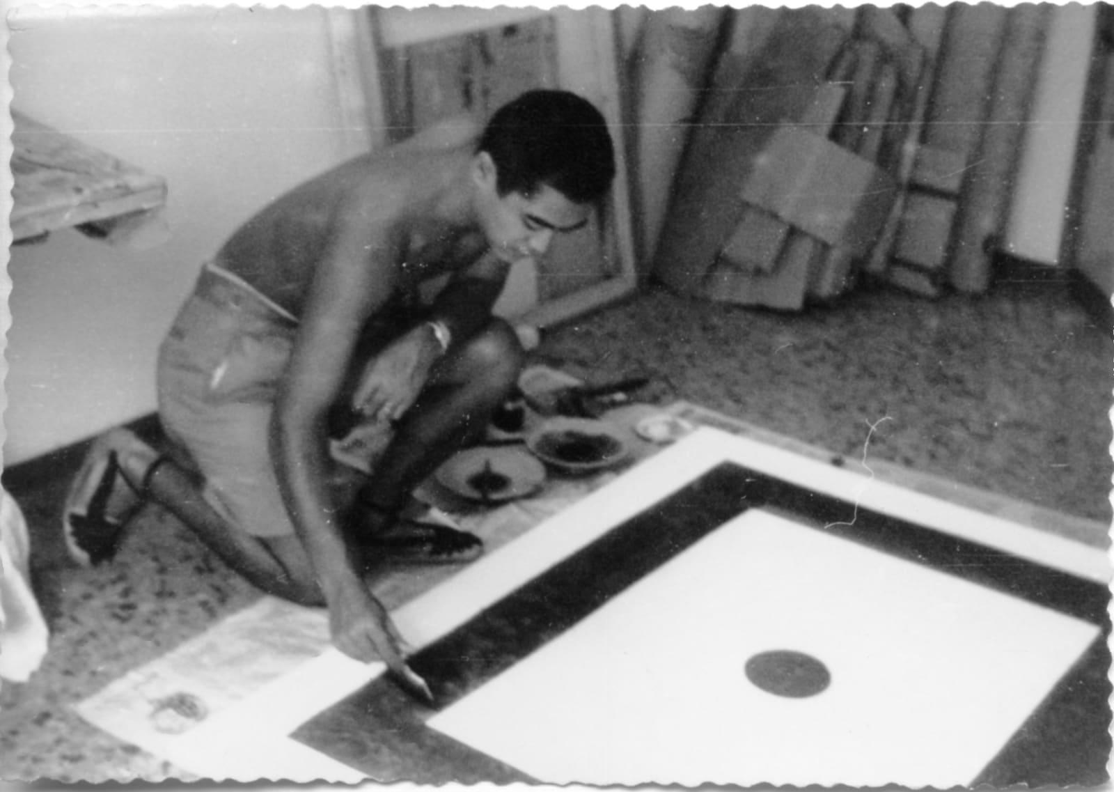 1962, Hsiao Chin in his studio 1962年蕭勤在個人工作室作畫