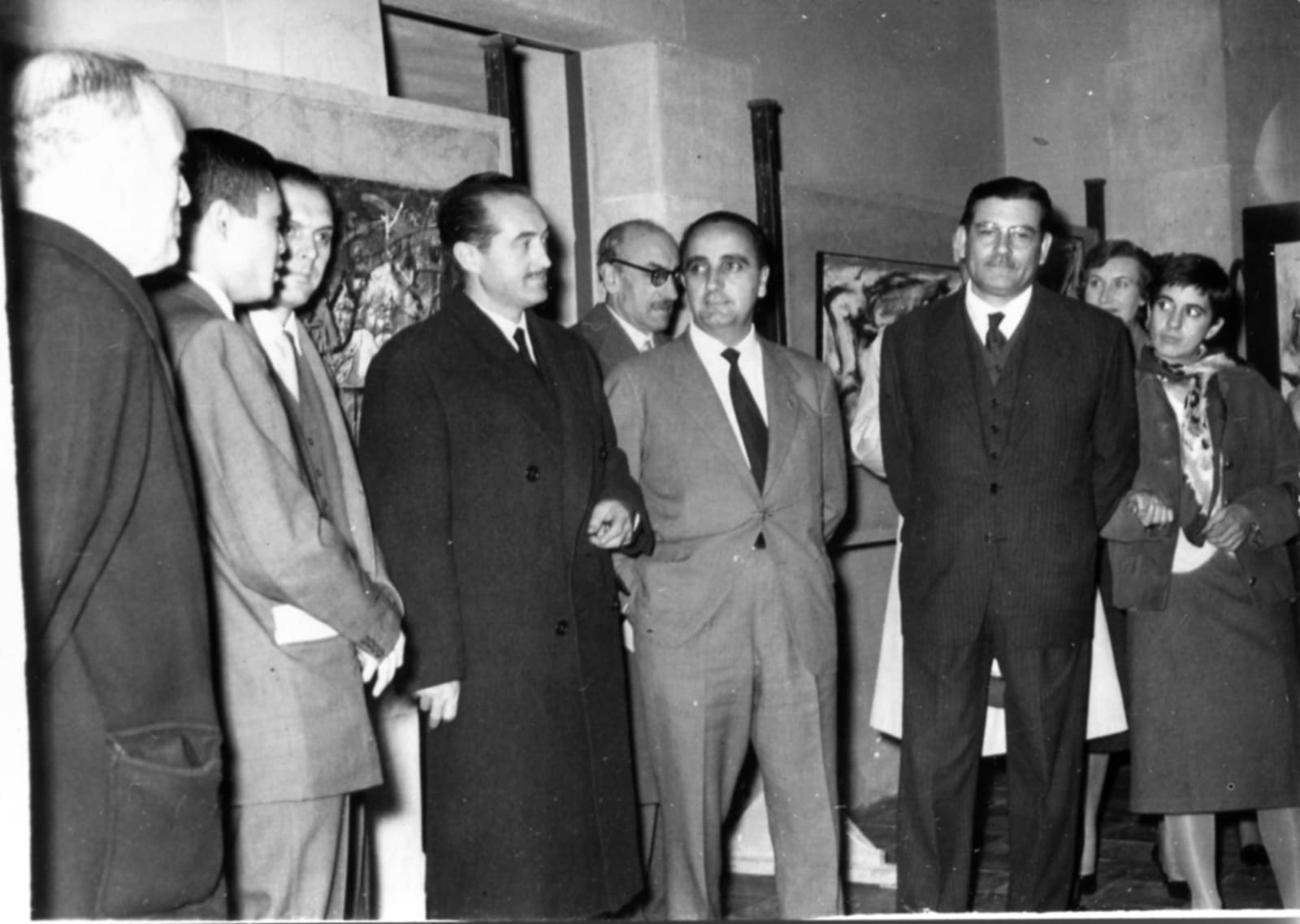 Nov 1958, Hsiao Chin (2nd from the left) and Mayor of Barcelona (Middle) at 2nd Ton-Fan Art Group Painting Exhibition 1958年蕭勤(左二)與巴塞隆納市長(中)於第二屆「東方畫展」
