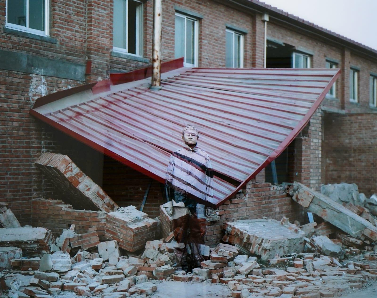"""""""Hiding in the City 2"""" Fotografía de Liu Bolin frente a su primer taller destruido en el pasado y que se encuentra en nuestra Marión Art Gallery Collection"""