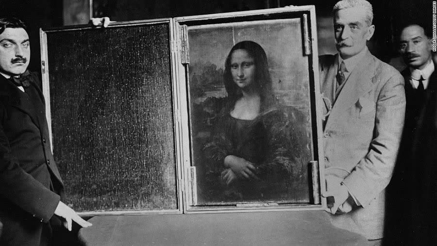 Two men carry the Mona Lisa back to the Louvre, 1914. Courtesy: Wikimedia Commons