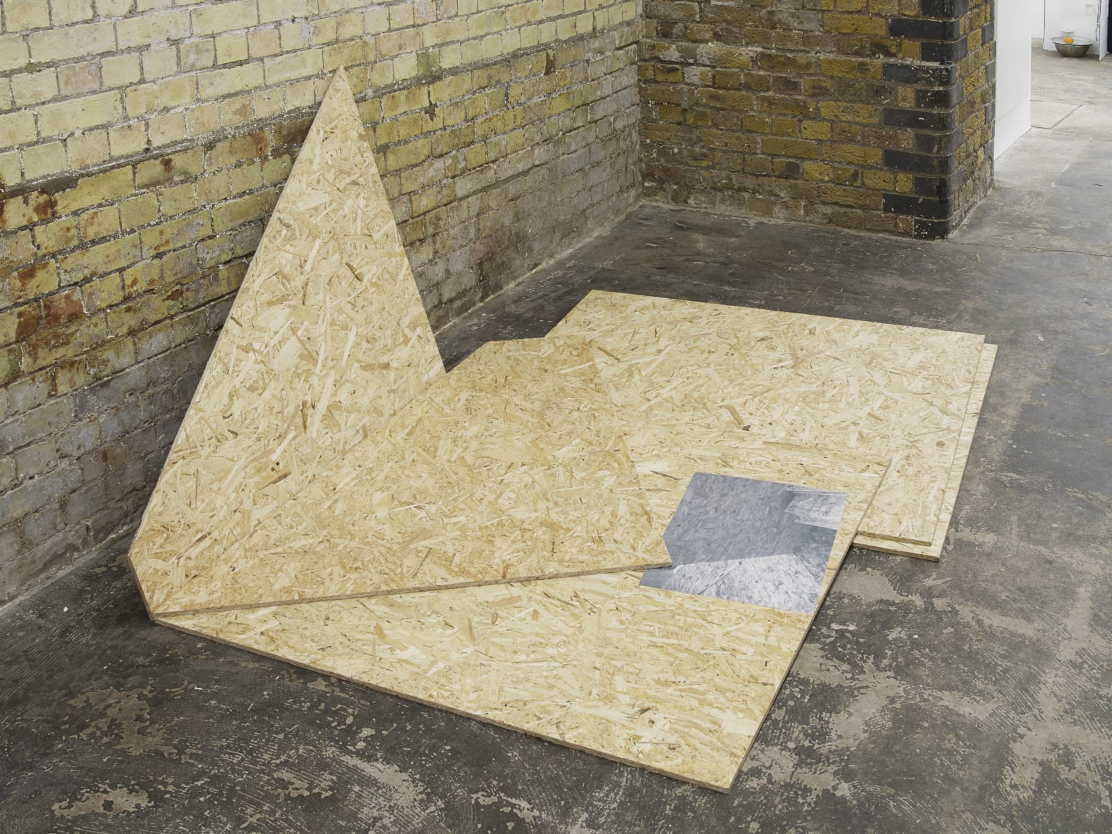 Anne Tallentire, GF3-3, 2018, OSB boards and photograph, 90 x 207.5 x 165 cm Courtesy: The artist and Hollybush Gardens, London