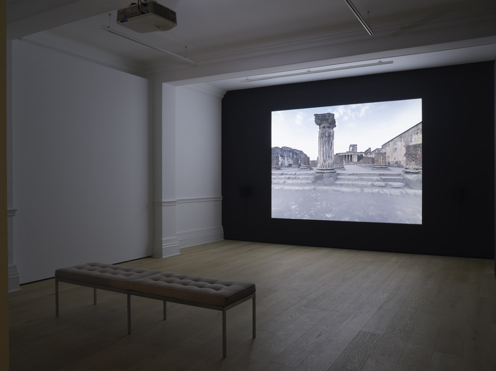 Victor BURGIN 1941 - Voyage to Italy , 2006 Single screen digital video projection with sound Dimensions variable (VBU053)