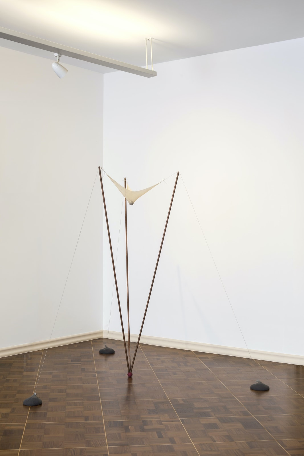Ernesto Neto Sem título, 1997 Cobre, tecido, poliamida, borracha 170 x 175 x 180 cm