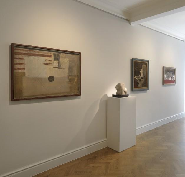 Front Gallery (Clockwise) : Ben Nicholson, Guitar (1932), Barbara Hepworth, Two Heads (1932), Barbara Hepworth, Girl in Mirror (1933),  Ben Nicholson, Charbon (1930-31)