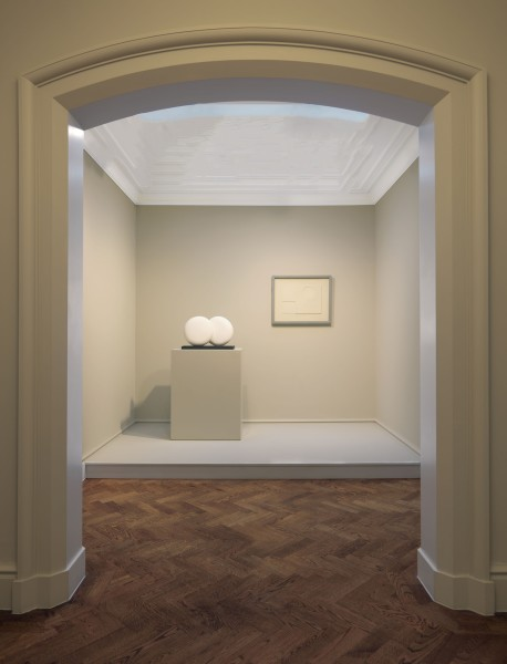 Middle Gallery (Left to Right) : Barbara Hepworth, Discs in Echelon - Version 2 (1935) and Ben Nicholson, White Relief (1935)