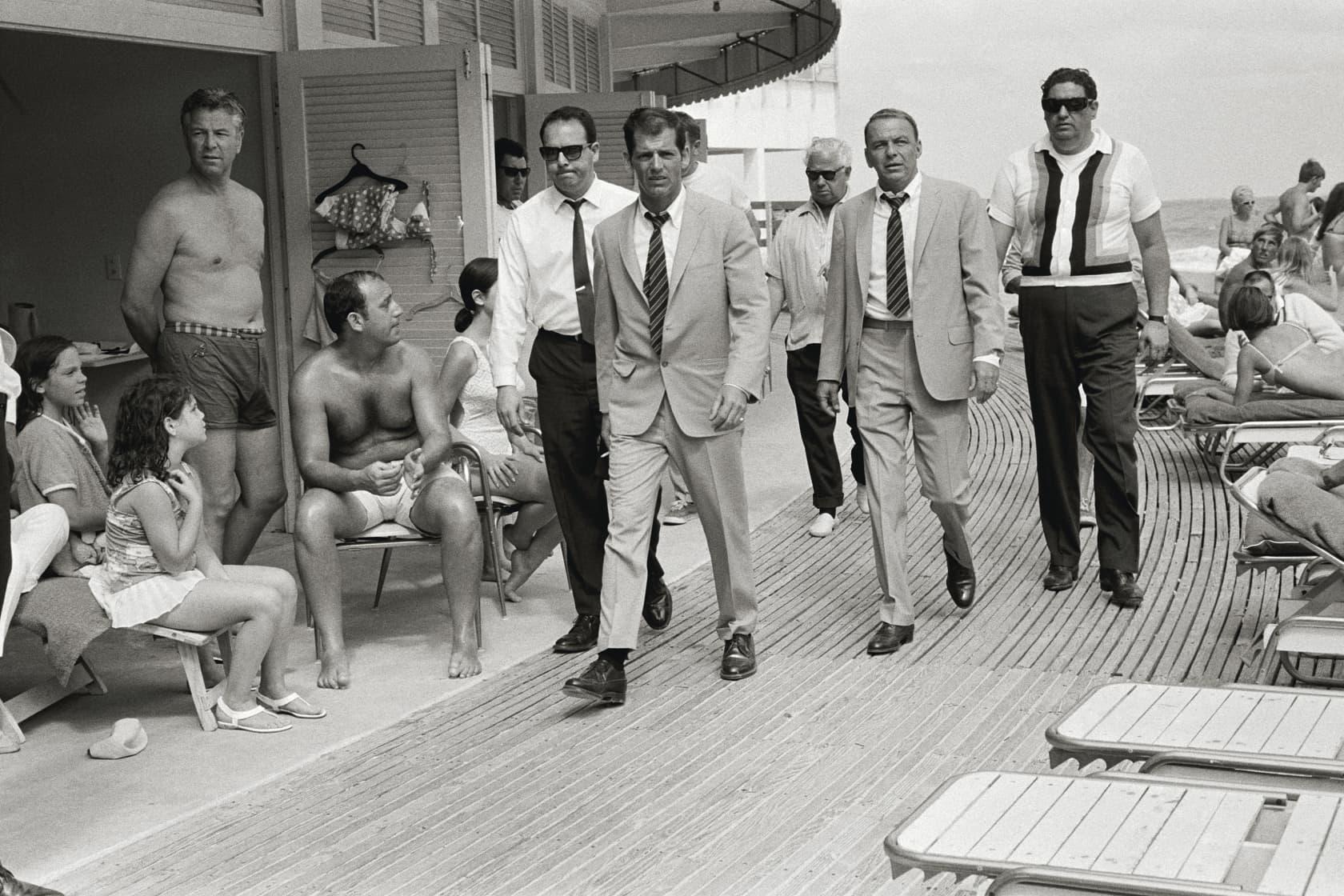Terry O'Neill, Frank Sinatra, Miami Boardwalk - Black & White, 1968