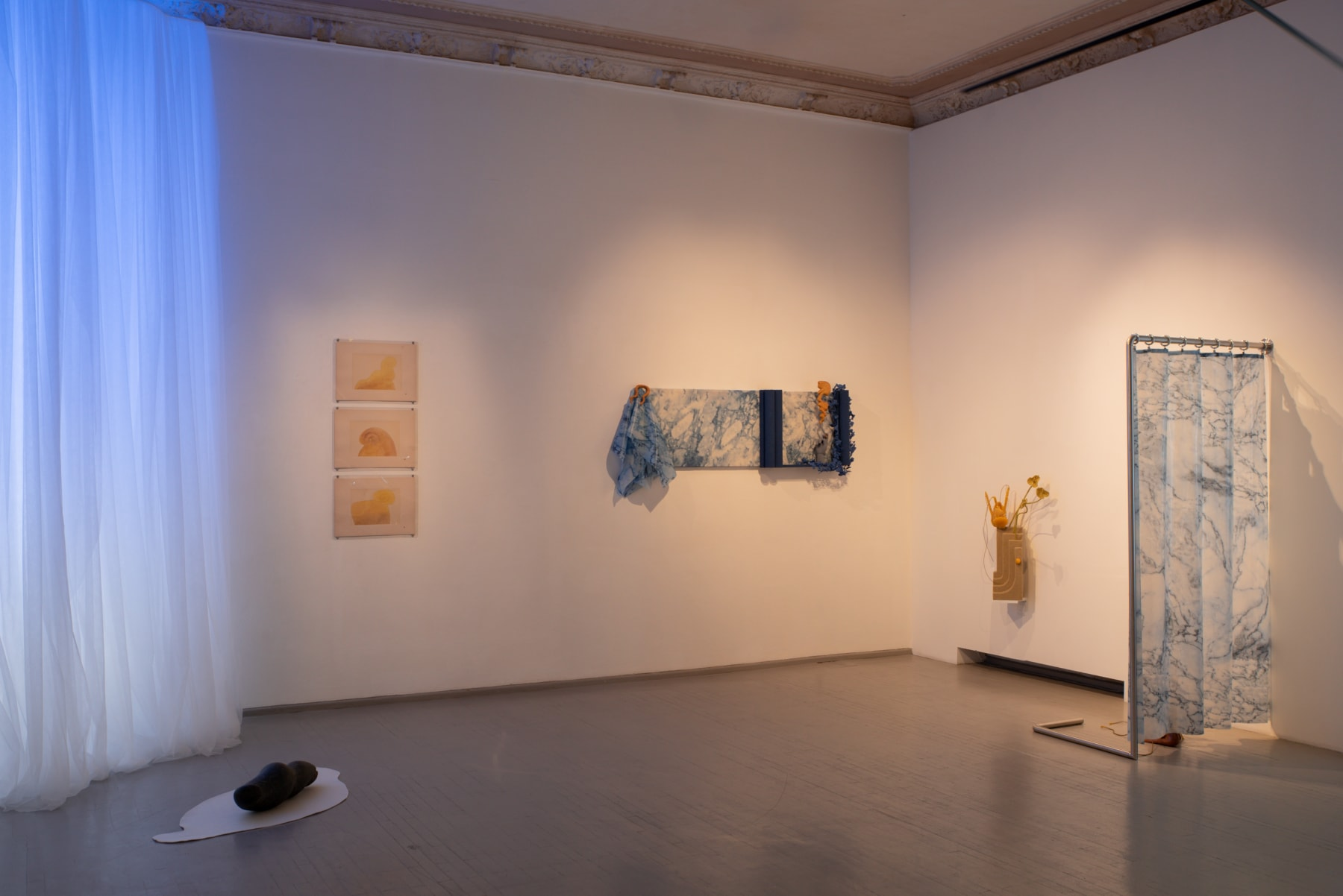 L'ÉTREINTE - EMBRACEMENT – GLAMONĖ Installation view Photographed by Laurynas Skeisgiela