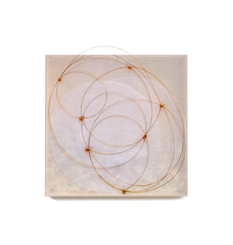 <div class=&#34;artist&#34;><strong>Mariella BETTINESCHI</strong></div> 1948 -  <div class=&#34;title&#34;><em>Piumario (Feather box)</em>, 1981</div> <div class=&#34;medium&#34;>Organza, feathers, gold</div> <div class=&#34;dimensions&#34;>30 x 30 x 4 cm</div>