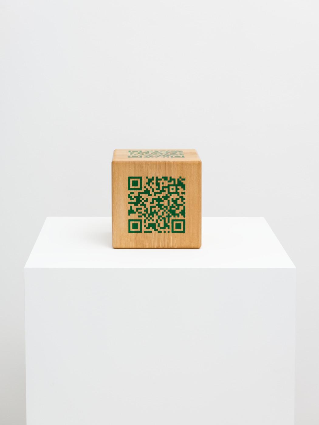"""<div class=""""artwork_caption""""><div class=""""title""""><em>6 Sides of Scott Mendes</em></div><div class=""""medium"""">oak panels, epoxy adhesive, trans emerald epoxy filler</div><div class=""""dimensions"""">Cube size : 21.5 x 21.5 x 21.5 cm<br />QR–Code size : 13.5 x 13.5 cm</div></div>"""