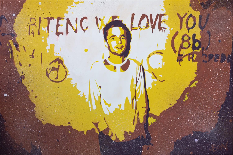 Krešimir Golubić - Leon GSK / narejeno po fotografiji Toneta Stojka (pevec skupine Otroci socializma, Brane Bitenc, november 1982, Zagreb). Fotografijo hrani Muzej novejše zgodovine Slovenije.