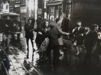 Dansen op de Zeedijk in de regen,, 1961