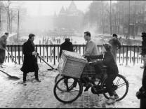 Amsterdam Gelderse kade (schaatsers en jongetje met fietsbel), 1957