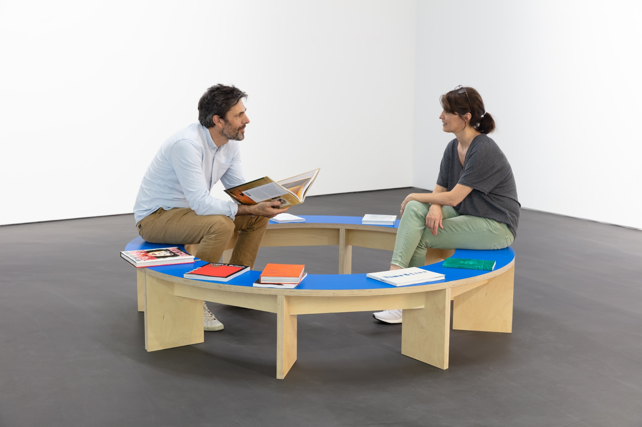 Liam Gillick, Prototype Seating For A Revised Production Centre, 2005, Sperrholz, Farbe, 50 x ø 200 cm (19 3/4 x ø 78 3/4 in). Foto © Andrea Rossetti