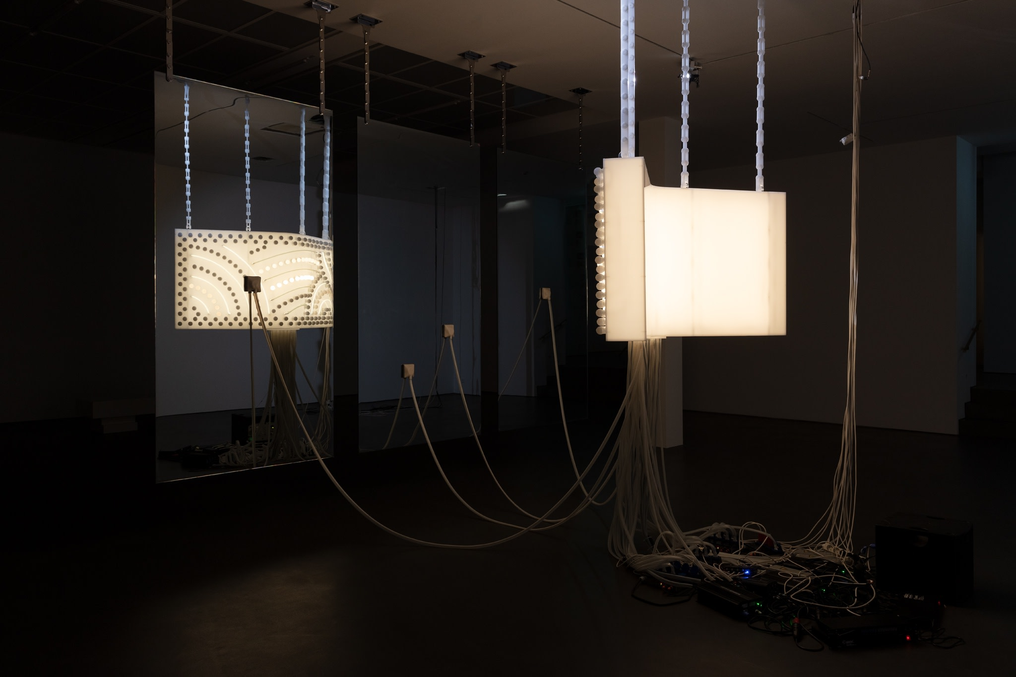 Philippe Parreno, Marquee, 2020, semi-opaque white Plexiglas, 231 light bulbs, 12 neon tubes (ø 14 mm), 46 m LED tape, DMX recorder, dimmers, transducers, light and sound program, acrylic chains, glass panels: two-way mirror, security glass, polished stainless steel chains, installation dimensions variable. Photo © Andrea Rossetti