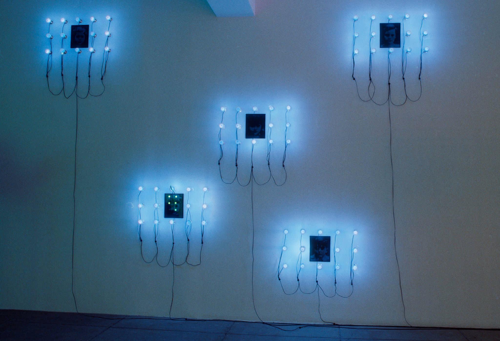 Christian Boltanski, Lumieres (Pierre, Henri, Florence, Jeannette, Marie), 2000