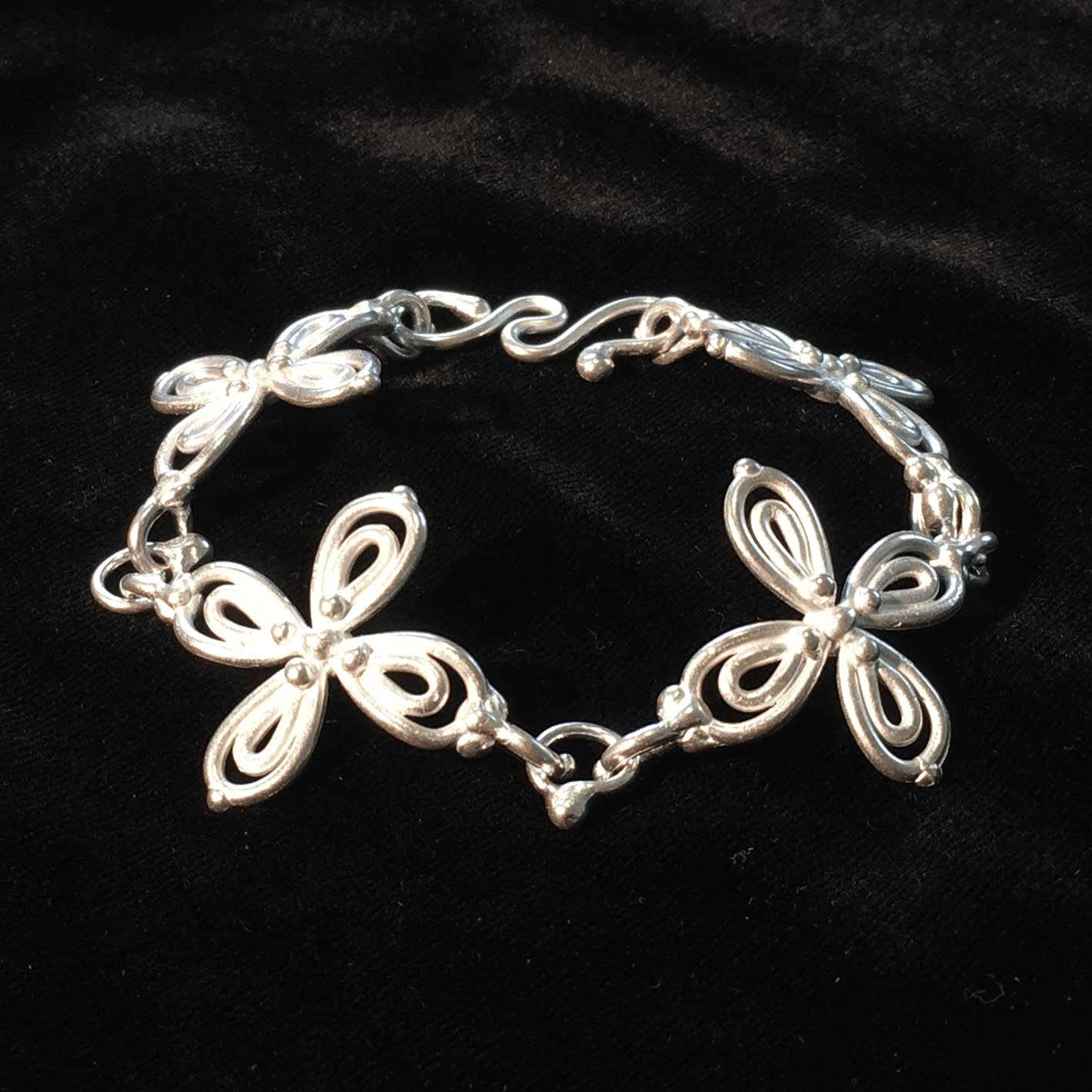"<span class=""link fancybox-details-link""><a href=""/artists/186-helen-feiler/works/6750-helen-feiler-silver-flower-bracelet-2019/"">View Detail Page</a></span><div class=""artist""><strong>Helen Feiler</strong></div> <div class=""title""><em>Silver 'Flower' Bracelet</em>, 2019</div> <div class=""medium"">tumbled pure silver</div><div class=""price"">£264.00</div><div class=""copyright_line"">Own Art: £26.40 x 10 monthly payments</div>"