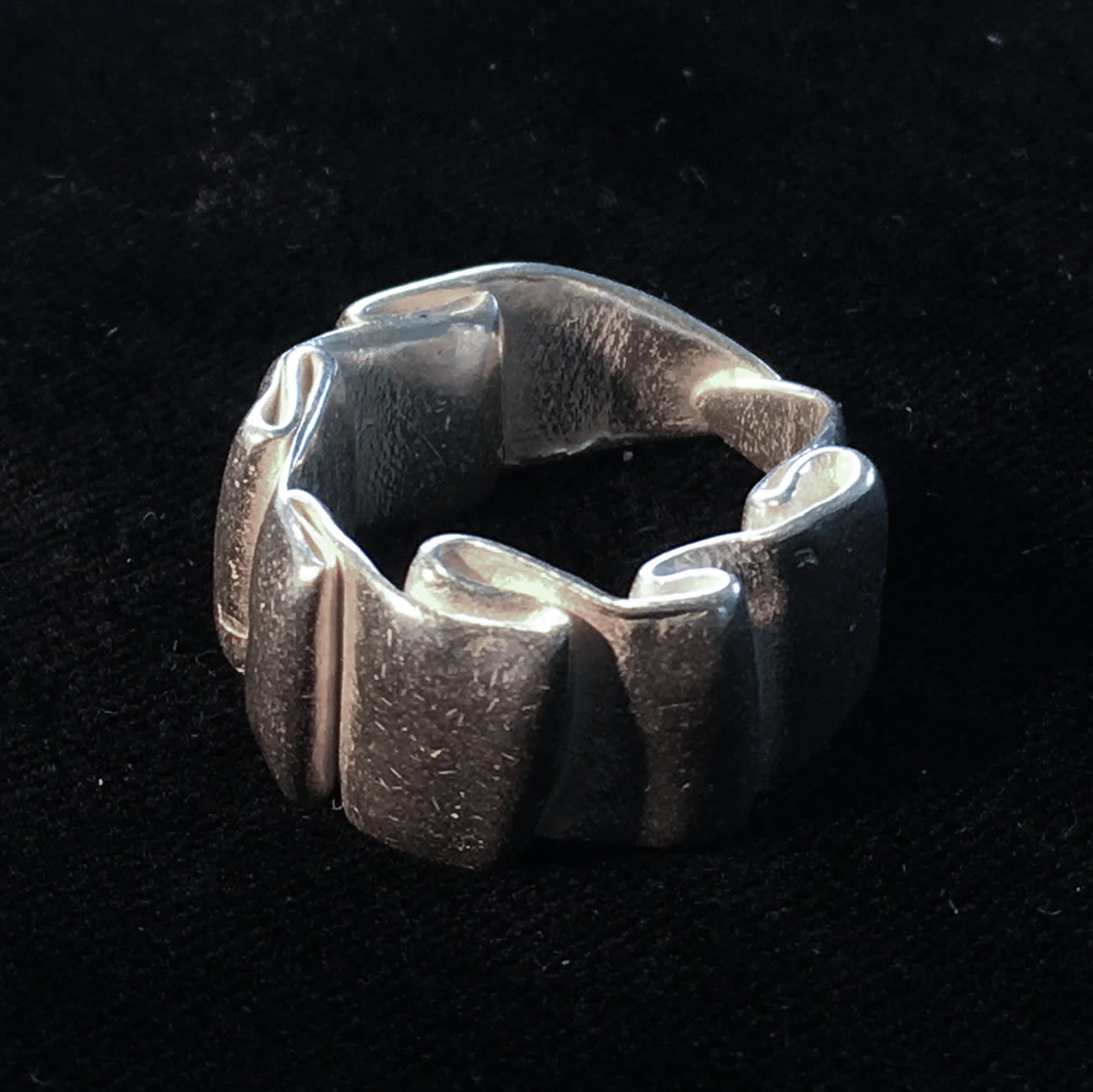 "<span class=""link fancybox-details-link""><a href=""/artists/186-helen-feiler/works/6757-helen-feiler-silver-wave-ring-2019/"">View Detail Page</a></span><div class=""artist""><strong>Helen Feiler</strong></div> <div class=""title""><em>Silver 'Wave' Ring</em>, 2019</div> <div class=""medium"">silver</div><div class=""price"">£175.00</div><div class=""copyright_line"">Own Art: £17.50 x 10 monthly payments</div>"