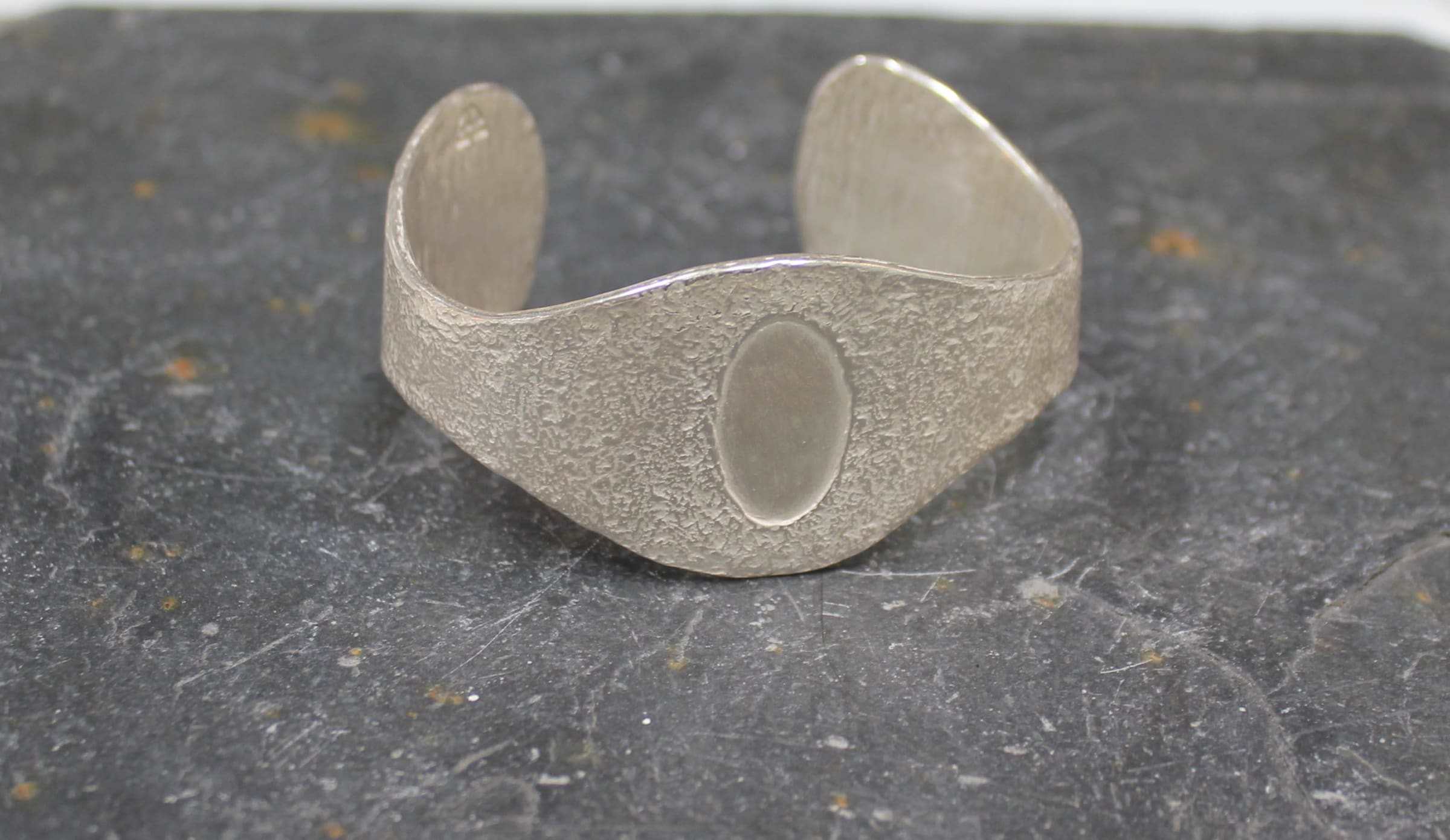 "<span class=""link fancybox-details-link""><a href=""/artists/186-helen-feiler/works/4630-helen-feiler-silver-bangle/"">View Detail Page</a></span><div class=""artist""><strong>Helen Feiler</strong></div> <div class=""title""><em>Silver Bangle </em></div> <div class=""medium"">Silver </div><div class=""copyright_line"">OwnArt: £ 25 x 10 Months, 0% APR</div>"