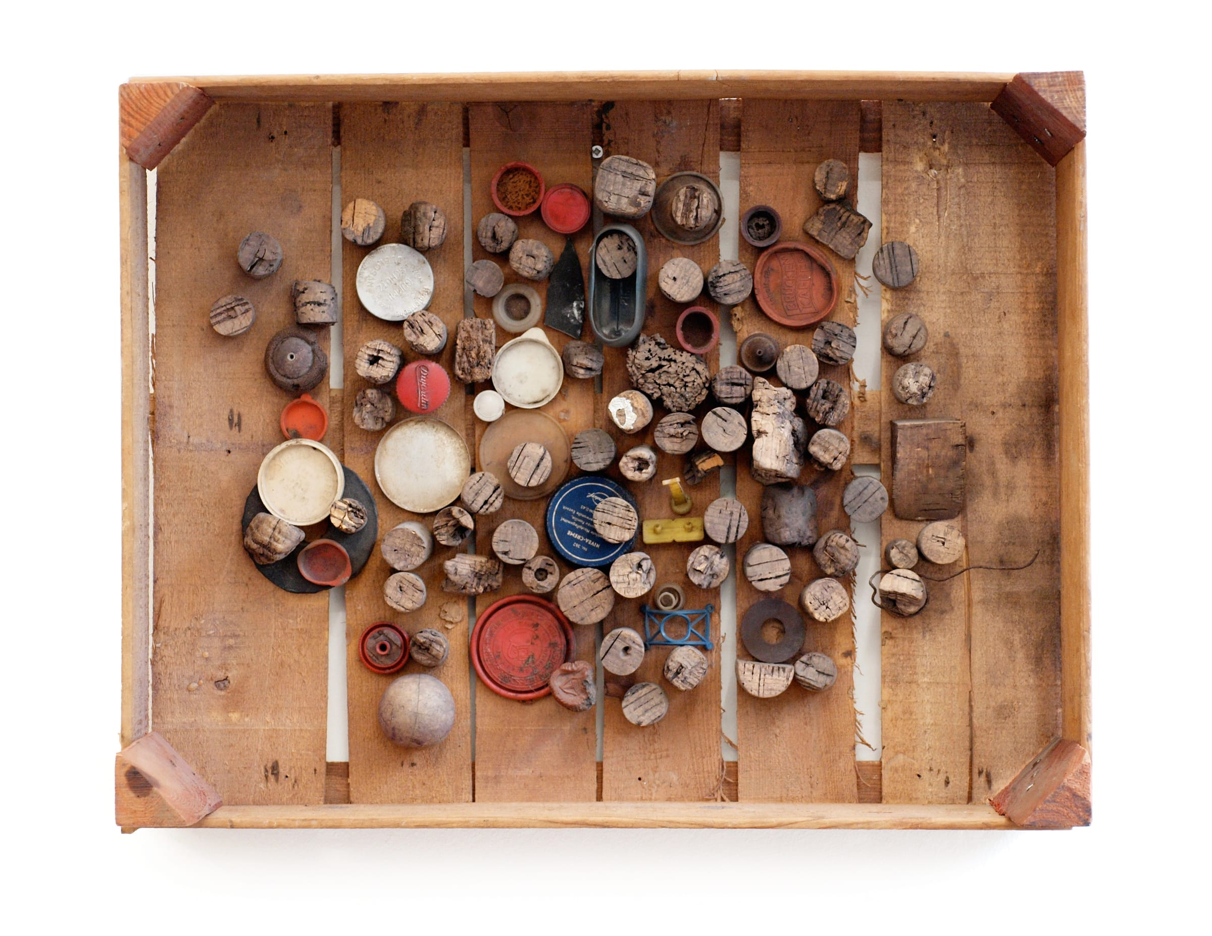 """<span class=""""link fancybox-details-link""""><a href=""""/exhibitions/583/works/artworks_standalone9458/"""">View Detail Page</a></span><div class=""""medium"""">Assemblage of corks and plastic caps in wooden crate</div><div class=""""dimensions"""">39 x 50 x 16 cm<br /> 15 3/8 x 19 3/4 x 6 1/4 inches</div>"""