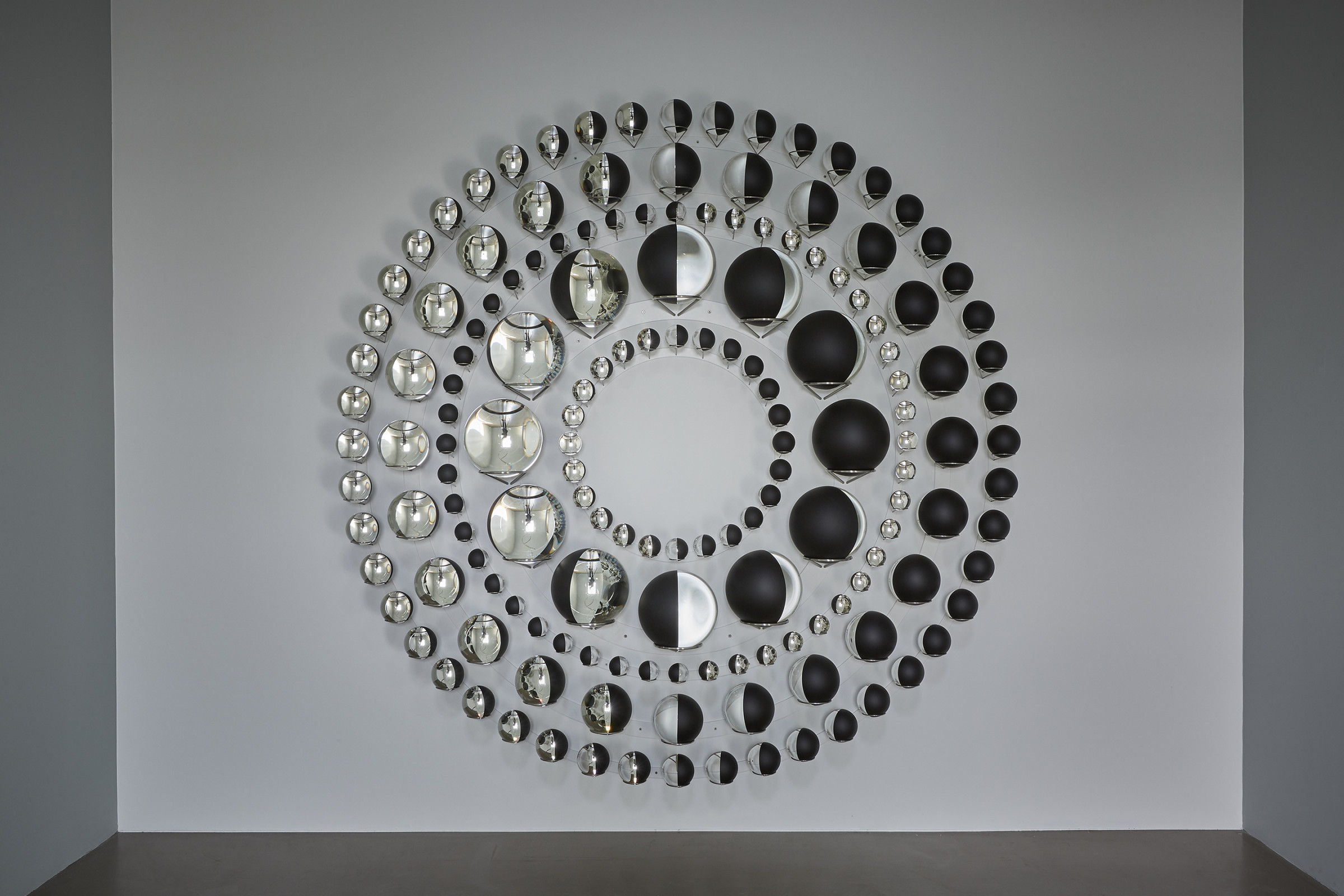 <span class=&#34;link fancybox-details-link&#34;><a href=&#34;/artists/28-olafur-eliasson/works/13127/&#34;>View Detail Page</a></span><div class=&#34;artist&#34;><strong>ÓLAFUR ELÍASSON</strong></div> <div class=&#34;title&#34;><em>Universal diagram</em>, 2016</div> <div class=&#34;medium&#34;>glass spheres, sliver, paint (black, white), stainless steel</div> <div class=&#34;dimensions&#34;>265 cm diameter, all spheres half silvered: <br /> 130 mm x 48<br /> 200 mm x 24<br /> 80 mmx 48<br /> 300 mm x 12<br /> 90 mm x 24</div>
