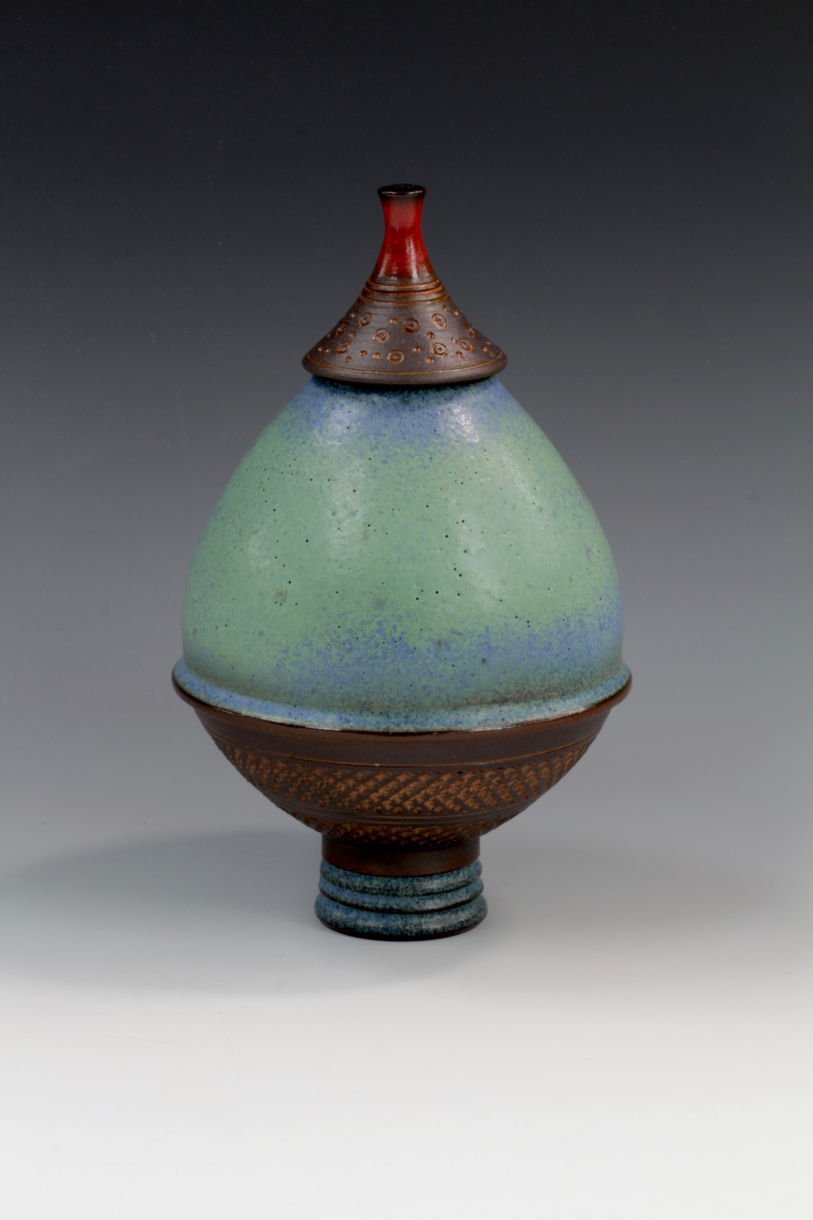 "<span class=""link fancybox-details-link""><a href=""/artists/61-geoffrey-swindell/works/6910-geoffrey-swindell-lidded-pot-2020/"">View Detail Page</a></span><div class=""artist""><strong>Geoffrey Swindell</strong></div> <div class=""title""><em>Lidded pot</em>, 2020</div> <div class=""signed_and_dated"">stamped on the bottom</div> <div class=""medium"">Porcelain</div><div class=""price"">£210.00</div><div class=""copyright_line"">Copyright The Artist</div>"
