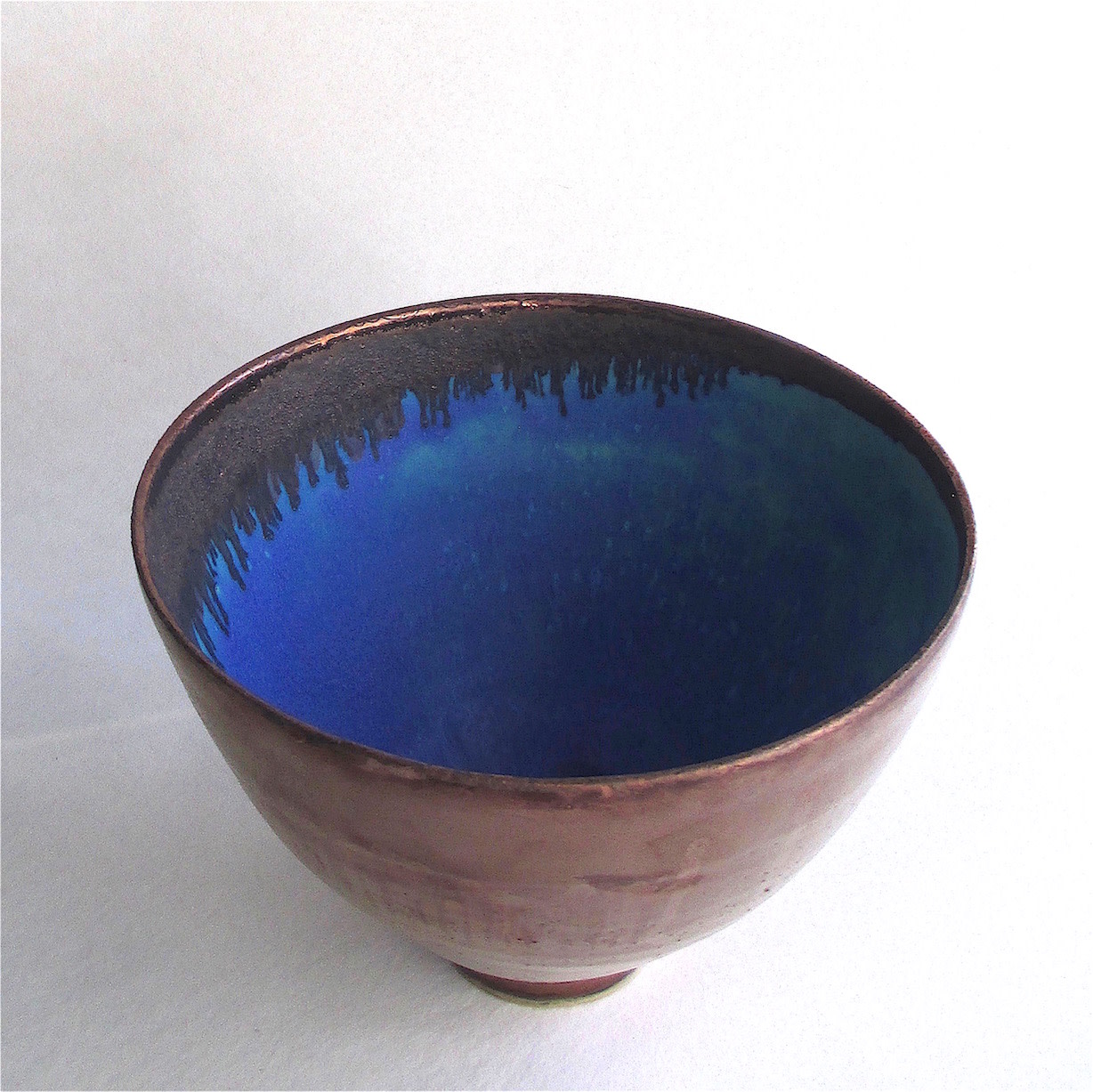 <span class=&#34;link fancybox-details-link&#34;><a href=&#34;/artists/44-sarah-perry/works/6004-sarah-perry-copper-lustred-blue-pool-bowl-2018/&#34;>View Detail Page</a></span><div class=&#34;artist&#34;><strong>Sarah Perry</strong></div> <div class=&#34;title&#34;><em>Copper Lustred Blue Pool Bowl</em>, 2018</div> <div class=&#34;signed_and_dated&#34;>stamped by the artist's studio mark</div> <div class=&#34;medium&#34;>thrown stoneware, glazed</div> <div class=&#34;dimensions&#34;>16.3 x 23 cm<br /> 6 3/8 x 9 1/8 inches</div><div class=&#34;price&#34;>£310.00</div><div class=&#34;copyright_line&#34;>Copyright The Artist</div>