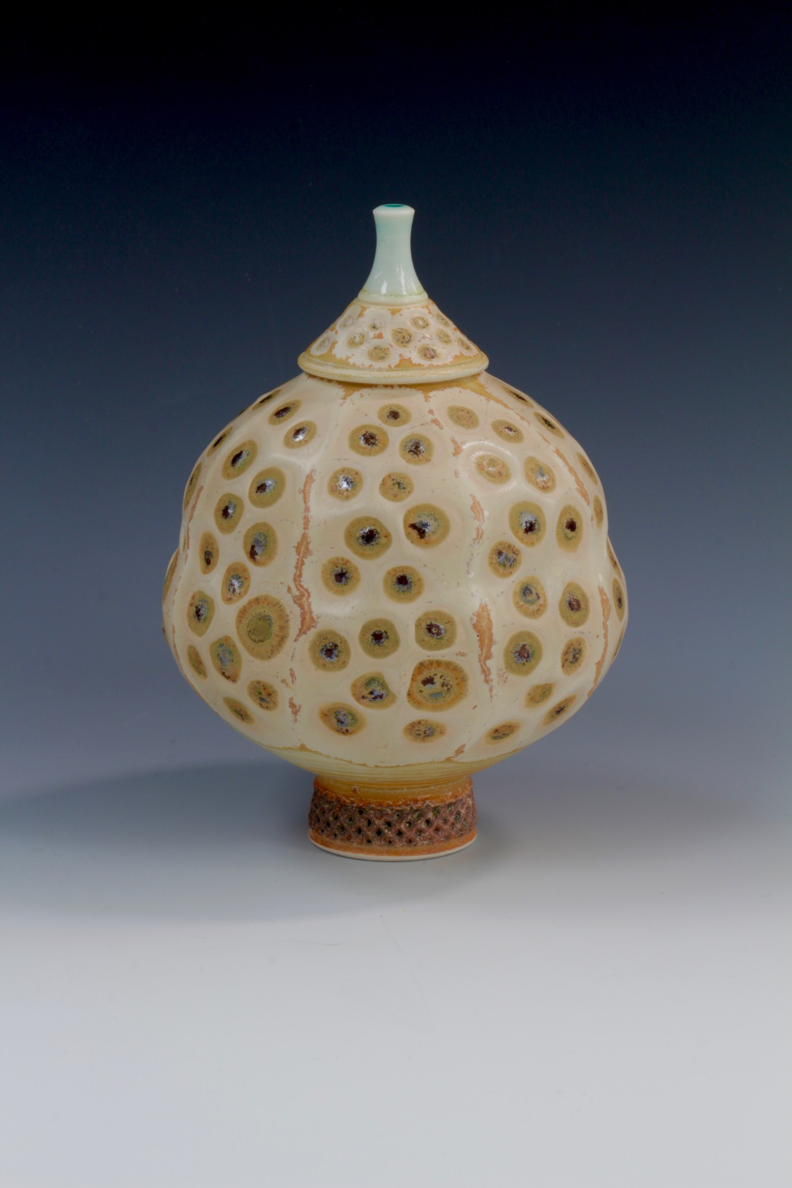 "<span class=""link fancybox-details-link""><a href=""/artists/61-geoffrey-swindell/works/6907-geoffrey-swindell-lidded-pot-2020/"">View Detail Page</a></span><div class=""artist""><strong>Geoffrey Swindell</strong></div> <div class=""title""><em>Lidded Pot</em>, 2020</div> <div class=""medium"">Porcelain</div><div class=""price"">£210.00</div><div class=""copyright_line"">Copyright The Artist</div>"