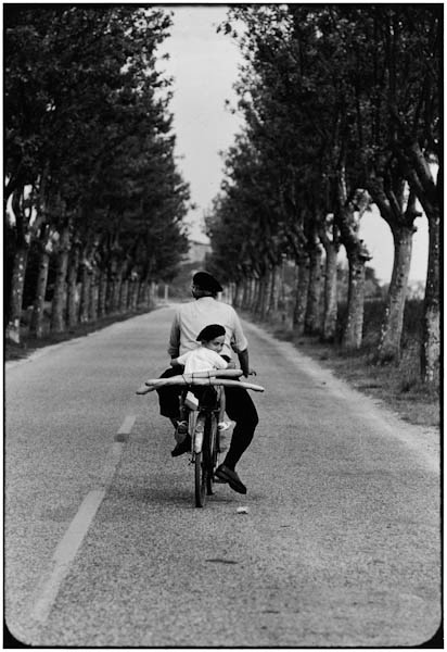 "<span class=""link fancybox-details-link""><a href=""/artists/65-elliott-erwitt/works/18952-elliott-erwitt-provence-france-1955/"">View Detail Page</a></span><div class=""artist""><strong>Elliott Erwitt</strong></div> b. 1928 <div class=""title""><em>Provence, France</em>, 1955</div> <div class=""signed_and_dated"">Signed, in ink, au recto<br /> Signed, titled, and dated, in pencil, au verso<br /> </div> <div class=""medium"">Gelatin silver print</div> <div class=""dimensions"">20 x 24 inch (50.8 x 60.96 cm)</div><div class=""copyright_line"">© Elliott Erwitt / Magnum Photos</div>"