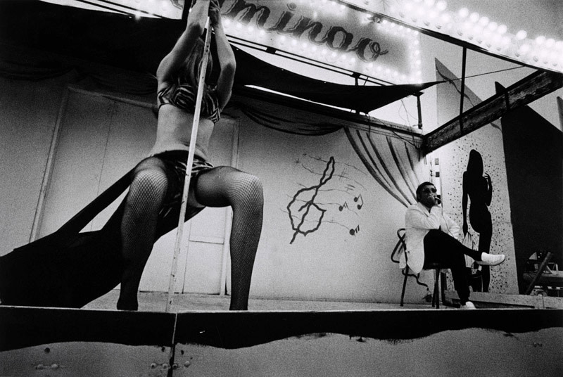 "<span class=""link fancybox-details-link""><a href=""/artists/48/series/carnival-strippers/11539-susan-meiselas-frenchie-and-his-girl-tunbridge-vt-1975/"">View Detail Page</a></span><div class=""artist""><strong>Susan Meiselas</strong></div> b. 1948 <div class=""title""><em>Frenchie and his Girl, Tunbridge, VT</em>, 1975</div> <div class=""signed_and_dated"">Signed, titled, and dated, in pencil, au verso<br /> Artist's Ref NYC15723<br /> Printed in 2008</div> <div class=""medium"">Gelatin silver print</div> <div class=""dimensions"">12 x 18 ¼ inch (30.48 x 46.36 cm) image<br /> 16 x 20 inch (40.64 x 50.80 cm) paper</div> <div class=""edition_details""></div><div class=""copyright_line"">© Susan Meiselas / Magnum Photos</div>"