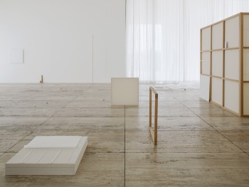 Installation view: Fernanda Gomes, Museo Jumex, 2018. Photo: Ramiro Chaves. Courtesy Museo Jumex. © Fernanda Gomes