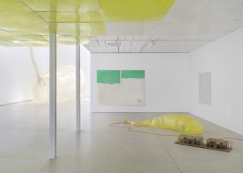 Installation View, Ian Kiaer, endnote (ping), Heidelberger Kunstverein, 2020. © Heidelberger Kunstverein / Günzel &Rademacher
