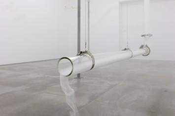 Morro Mundo, 2017  tubos de vidro, máquina de fumaça  dimensões variáveis