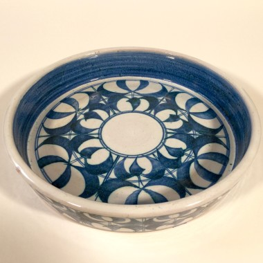 <span class=%22title%22>An Aldermaston Pottery straight-sided round tray<span class=%22title_comma%22>, </span></span><span class=%22year%22>c 1960s</span>
