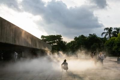 Laura Vinci. No Ar, 2009/2017. Vista da exposição: Mube, 2017. Cortesia da artista e Galeria Nara Roesler.