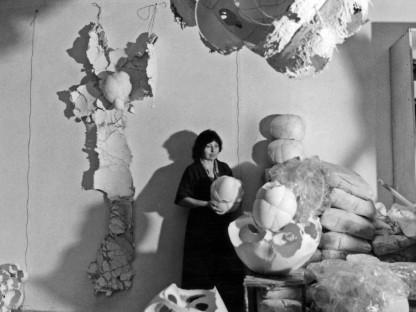 Maria Bartuszová in her studio, c. 1987 © The Archive of Maria Bartuszová, Košice