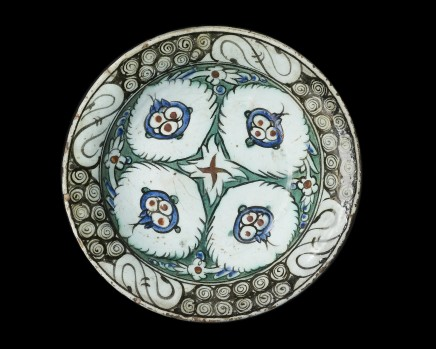 Iznik pottery plate, Ottoman Turkey, Late 16th century/Early 17th century