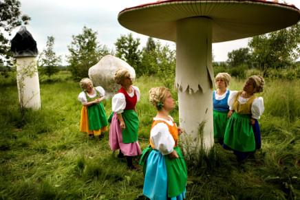 Katarzyna Kozyra, Summertale (from the series In Art Dreams Come True) 《在艺术中梦想成真》系列之《夏日童话》, 2008