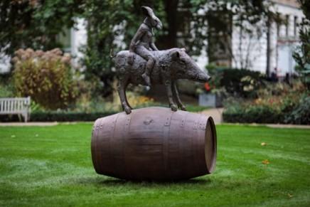Sophie Ryder, Ladyhare and Boar on a Barrel, 2017