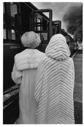 Jeanloup Sieff, Two women looking at a passing train, 1978