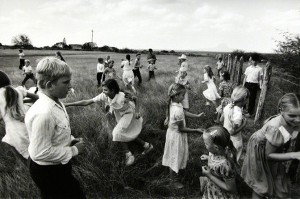 Larry Towell, Manuel Colony, Tamaulipas, Mexico [kids in field], 1994
