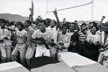 Gideon Mendel, WOODEN GUNS ARE SYMBOLICALLY DISPLAYED AT A FUNERAL..., 1986