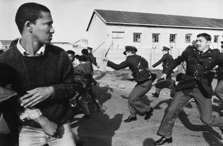 Gideon Mendel, POLICE ATTACK DEMONSTRATORS WITH SJAMBOKS..., 1986