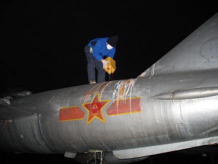 Jiang Li 蒋立, Painting a Plane 涂飞机, 2007